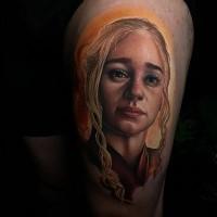 Hermoso tatuaje de Daenerys Targaryen en la pierna
