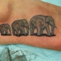 eccezionale animale famiglia elefante tatuaggio su piede