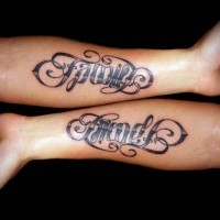 bellissima nero e bianca scritto famiglia e amico tatuaggio su due braccia