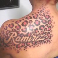 bellissimo inchiostro colorato stampa ghepardo su spalla