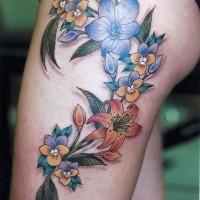 bellissimi fiori colorati tatuaggio per ragazze su coscia