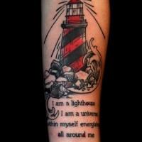 Tatuaje en el antebrazo, faro de color rojo y negro y texto