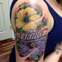 Tatuaje en el brazo, dos flores hermosas con nombre y mariposa