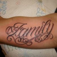 bellissimo scritto con riccioli tatuaggio su braccio