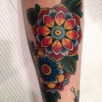 bellissimi fiori tradizionali vecchia scuola tatuaggio su braccio