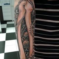 biomeccanica tatuaggio con ossatura e ruota dentata su braccio