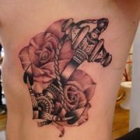 nero e bianco ancora tatuaggio su costolette
