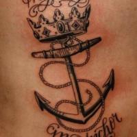 nero e bianco neutro ancora con corona e lettere tatuaggio su costolette