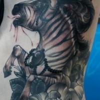 nero e bianco zebra con fiori grande piuma tatuaggio su lato