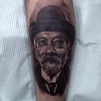 Schwarz und grau Stil detaillierte Bein Tattoo des alten Mannes mit Hut Porträt