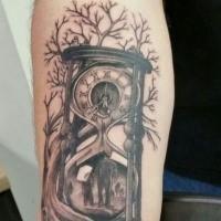 Reloj de arena negro con el árbol del tatuaje del antebrazo del árbol de la vida