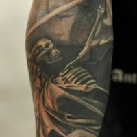 Tatuaggio scheletro nero sull'avambraccio