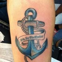 bel ancora blu con nastro lettere tatuaggio su braccio