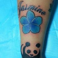 Tatuaje en el antebrazo, flor de jazmín azul con panda y inscripción