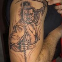 samurai coraggioso con due spade tatuaggio sulla spalla