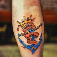 luminosa ancora blu con corona dorata in cima tatuaggio su gamba