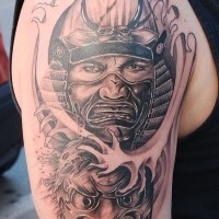 brutale samurai guerriero e maschera tatuaggio sulla spalla
