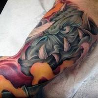 Gargoyle colorato stile cartoon con grandi denti tatuaggio sui bicipiti
