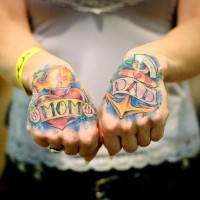 colorato vecchia scuola ancoraggio a nastro e cuore tatuaggio su ambedue mani