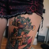 colorato ancora con fiori e lettere tatuaggio su coscia