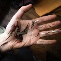 clorato biomeccanico sotto pelle tatuaggio sotto mano
