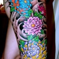 colorato fiore giapponese onde nere tatuaggio sulla coscia