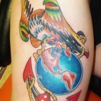 colorato  particolare ancora vecchia scuola con aquila e globo  tatuaggio per uomo su spalla