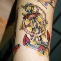 colorato ancora con ruota e corda tatuaggio su braccio