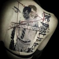 Tatuaggio da uomo scapolare colorato in stile polka trash