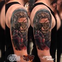 Colorfull Tattoo mit Mann und mechanischem Arm