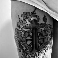 fresco nero bianco ancora ruota  con lettere tatuaggio su coscia