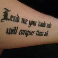 Tatuaje en el antebrazo, cita de letra gótica preciosa