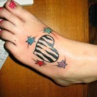 carino cuore colorato a zebra e stelle vari colori tatuaggio per ragazze su piede