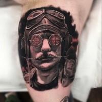 Fantastica fantasia come il tatuaggio del ritratto di un pilota d'epoca colorato sui bicipiti