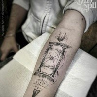 Tatuaggio geometrico avambraccio con clessidra