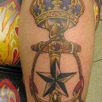 Tatuaje de ancla con estrella y corona preciosa, old school