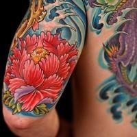 bel fiore peonia rossa giapponese in onda tatuaggio braccio superiore
