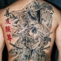 incredibile samurai guerriero e giapponese simbolo tatuaggio sulla schiena