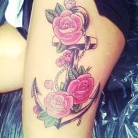 bella ancora con rose rosa tatuaggio su coscia