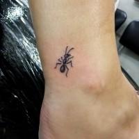 Süßes Fuß Tattoo mit mädchenhafter schwarzweißer Ameise