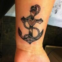 carina a forma di croce ancora nera con cuore tatuaggio su polso