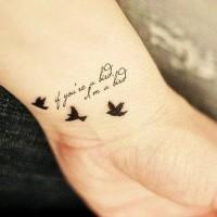 carino piccola scrittura con uccelli tatuaggio su polso di ragazza