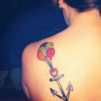 carina ancora neutrale con palloncini colorati tatuaggio su spalla