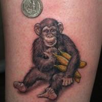 Tattoo mit realistischem süßem Schimpanse mit Bananen