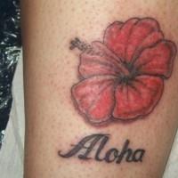 Tatuaje de flor hawaiana roja con nombre en la pierna