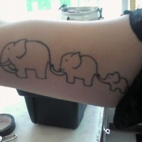 carino tatuaggio su braccio famiglia elefante