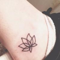 carina piccolo fiore loto contorno nero tatuaggio su caviglia
