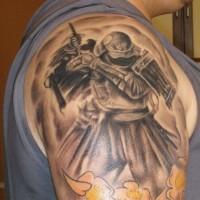 buio samurai con fiori gialli tatuaggio sulla spalla