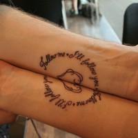 Tatuaje en los antebrazos, inscripción en ambos brazos para novios