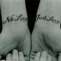 doppio scritto citazione per amore tatuaggio su polsi